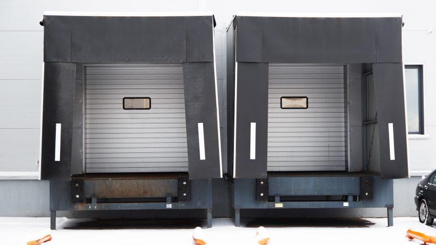 două uși metalice pentru livrare